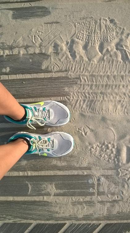 кроссовки на песке