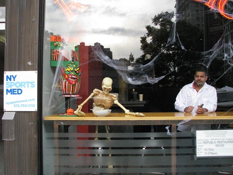 скелет за стойкой