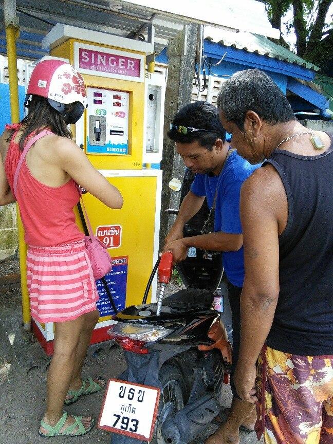 запрвка мопеда таиланд