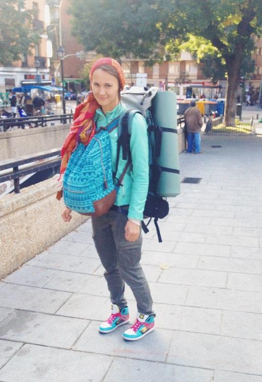 девушка с двумя рюкзаками